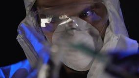 Βοηθός που αναμιγνύει τις ουσίες, μυστικά βιολογικά όπλα εργαστηριακής κατασκευής απόθεμα βίντεο