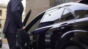 Βοηθός που δίνει τα κλειδιά αυτοκινήτων στο νέο επιτυχή προϊστάμενο, νέα γενιά στην επιχείρηση απόθεμα βίντεο
