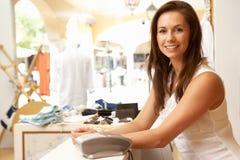 Βοηθός πωλήσεων στο κατάστημα ιματισμού Στοκ Εικόνες