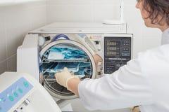 Βοηθός Denatal που χρησιμοποιεί τα συστήματα αποστείρωσης Όργανα προετοιμασιών για τον καθαρισμό Στοκ φωτογραφίες με δικαίωμα ελεύθερης χρήσης