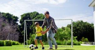 Βοηθώντας γιος πατέρων για να παίξει το ποδόσφαιρο απόθεμα βίντεο