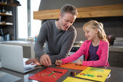 Βοηθώντας κόρη πατέρων χρωματίζοντας Στοκ φωτογραφία με δικαίωμα ελεύθερης χρήσης