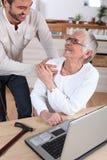 βοηθώντας την κυρία γηραιή Στοκ Εικόνες