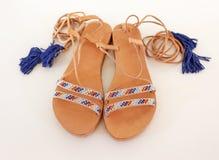 Βοημίας ελληνικά σανδάλια δέρματος στα μπλε και τυρκουάζ χρώματα στοκ εικόνες