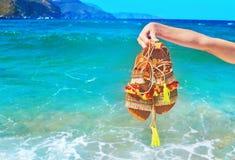 Βοημίας ελληνικά σανδάλια στην παραλία στοκ φωτογραφίες