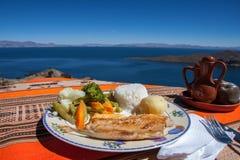 Βολιβιανό πιάτο ψαριών με την όψη σχετικά με το Lago Titicaca Στοκ εικόνα με δικαίωμα ελεύθερης χρήσης