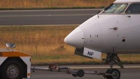 Βομβαρδιστικό crj-900 που ρυμουλκεί στην υπηρεσία απόθεμα βίντεο