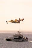 Βομβαρδιστικό αεροπλάνο πυρκαγιάς και βάρκα αστυνομίας, Ισπανία. Στοκ φωτογραφίες με δικαίωμα ελεύθερης χρήσης