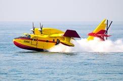 Βομβαρδιστικό αεροπλάνο πυρκαγιάς που συλλέγει το θαλάσσιο νερό, Ισπανία. Στοκ φωτογραφία με δικαίωμα ελεύθερης χρήσης