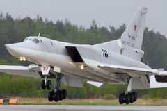 Βομβαρδιστικό αεροπλάνο Tupolev TU-22M3 RF-94218 της ρωσικής Πολεμικής Αεροπορίας που προσγειώνεται στη βάση Πολεμικής Αεροπορίας Στοκ φωτογραφίες με δικαίωμα ελεύθερης χρήσης