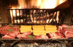 Βοοειδές ακατέργαστο μαγείρεμα κρέατος και κρέατος χοιρινού κρέατος στην εστία στοκ εικόνα με δικαίωμα ελεύθερης χρήσης
