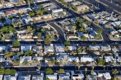 Βορειοαμερικανικά προάστια με τους χαρακτηριστικούς δρόμους και τα σπίτια Στοκ εικόνες με δικαίωμα ελεύθερης χρήσης
