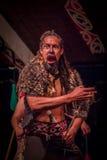 ΒΟΡΕΙΟ ΝΗΣΙ, ΝΕΑ ΖΗΛΑΝΔΙΑ 17 ΜΑΐΟΥ 2017: Κλείστε επάνω ενός screamingTamaki που το Maori άτομο με παραδοσιακά το πρόσωπο και μέσα Στοκ φωτογραφία με δικαίωμα ελεύθερης χρήσης