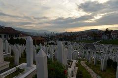 Βοσνία Σαράγεβο Άποψη της πόλης στο ηλιοβασίλεμα Νεκροταφείο στοκ φωτογραφία με δικαίωμα ελεύθερης χρήσης
