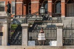 ΒΟΣΤΩΝΗ ΗΠΑ 06 09 2017 άτομο μπροστά από την έδρα της Μασαχουσέτης Βουλή της κυβέρνησης που διαμαρτύρεται για την πατρότητα παιδι Στοκ Εικόνες