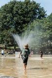 Βοστώνη, μΑ, ΗΠΑ 06 09 2017 - Τα οικογενειακοί παιδιά και οι άνθρωποι απολαμβάνουν τον ψεκασμό στη λίμνη βατράχων στο καυτό δημόσ Στοκ Εικόνες