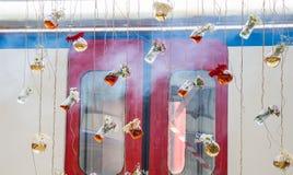Βοτανικά μπουκάλια τσαγιού που κρεμούν στις σειρές Στοκ εικόνα με δικαίωμα ελεύθερης χρήσης