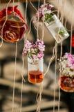 Βοτανικά μπουκάλια τσαγιού που κρεμούν στις σειρές Στοκ Εικόνα