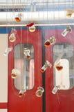 Βοτανικά μπουκάλια τσαγιού που κρεμούν στις σειρές Στοκ φωτογραφίες με δικαίωμα ελεύθερης χρήσης