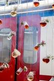 Βοτανικά μπουκάλια τσαγιού που κρεμούν στις σειρές Στοκ φωτογραφία με δικαίωμα ελεύθερης χρήσης