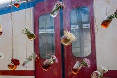 Βοτανικά μπουκάλια τσαγιού που κρεμούν στις σειρές Στοκ εικόνες με δικαίωμα ελεύθερης χρήσης