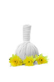 Βοτανικές σφαίρες μασάζ και κίτρινα λουλούδια που απομονώνονται στο λευκό SPA α Στοκ φωτογραφία με δικαίωμα ελεύθερης χρήσης