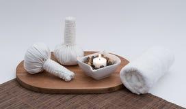 Βοτανικές σφαίρες μασάζ με το κερί και την πετσέτα Στοκ Εικόνες