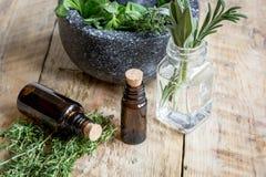 Βοτανική προετοιμασία Aromatherapy στο ξύλινο υπόβαθρο Στοκ εικόνες με δικαίωμα ελεύθερης χρήσης