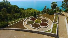 Βοτανικός κήπος Batumi ενάντια στα μπλε νερά Μαύρης Θάλασσας, τουρισμός καλοκαιριού απόθεμα βίντεο