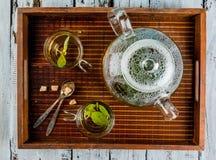 Βοτανικό τσάι βασιλικού στον ξύλινο πίνακα Στοκ φωτογραφία με δικαίωμα ελεύθερης χρήσης