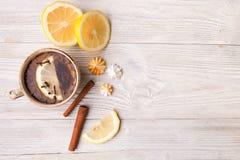 Βοτανικό τσάι με το λεμόνι και κανέλα, διάστημα αντιγράφων για το κείμενο Στοκ Φωτογραφίες