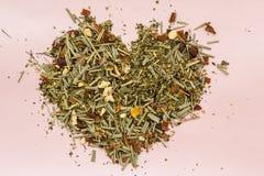 Βοτανικό τσάι που ευθυγραμμίζεται με μορφή της καρδιάς σε ένα ελαφρύ υπόβαθρο Στοκ εικόνες με δικαίωμα ελεύθερης χρήσης