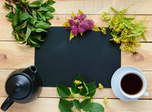 Βοτανικό τσάι πλαισίων (η μέντα,), teapot, φλυτζάνι του τσαγιού Μέσα στο μαύρο πλαίσιο - μια θέση για τις επιγραφές Στοκ Φωτογραφία