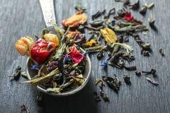 Βοτανικό τσάι σε ένα κουταλάκι του γλυκού Στοκ Φωτογραφία