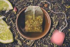 Βοτανικό τσάι σε ένα φλυτζάνι της παρασκευασμένης teabag σύνθεσης κινηματογραφήσεων σε πρώτο πλάνο και του έτοιμου ελεύθερου χώρο στοκ φωτογραφίες
