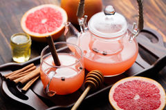 Βοτανικό τσάι φρούτων με τα καρυκεύματα και το μέλι Στοκ Φωτογραφία