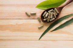 βοτανικό φάρμακο ή χάπι στο ξύλο Στοκ Φωτογραφίες
