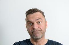 Βουβό μέσης ηλικίας άτομο που εξετάζει τη κάμερα Στοκ Εικόνα
