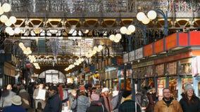 Βουδαπέστη, Ουγγαρία - 6 Δεκεμβρίου 2018: Διάφορα ουγγρικά παραδοσιακά αναμνηστικά και καρυκεύματα στο μετρητή αγοράς _ απόθεμα βίντεο