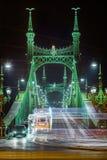 Βουδαπέστη, Ουγγαρία - διακοσμημένο το Festively ελαφρύ τραμ Fenyvillamos σε κίνηση στη γέφυρα Szabadsag ελευθερίας έκρυψε τή νύχ στοκ φωτογραφίες