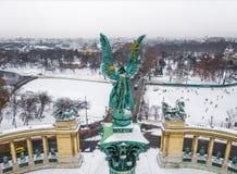 Βουδαπέστη, Ουγγαρία - εναέρια άποψη του γλυπτού αγγέλου στο τετράγωνο των χιονωδών ηρώων με την αίθουσα παγοδρομίας πάγου και το στοκ φωτογραφία με δικαίωμα ελεύθερης χρήσης