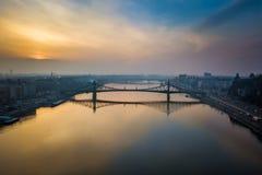 Βουδαπέστη, Ουγγαρία - εναέρια πανοραμική άποψη οριζόντων της γέφυρας ελευθερίας πέρα από τον ποταμό Δούναβης Στοκ φωτογραφία με δικαίωμα ελεύθερης χρήσης