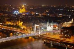 Βουδαπέστη, Ουγγαρία, η γέφυρα Eleazabetina, η εκκλησία του ST Stephan και η ρόδα Ferris, ποταμός Δούναβη - εικόνα νύχτας Στοκ εικόνα με δικαίωμα ελεύθερης χρήσης