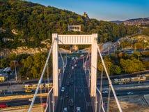 Βουδαπέστη, Ουγγαρία - η εναέρια άποψη της γέφυρας Erzsebet της Elisabeth έκρυψε και Hill Gellert στην ανατολή στοκ εικόνα