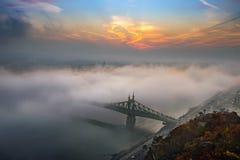 Βουδαπέστη, Ουγγαρία - η μυστήρια ομιχλώδης ανατολή με τη γέφυρα Szabadsag ελευθερίας έκρυψε και μουντός ορίζοντας της Βουδαπέστη στοκ εικόνες