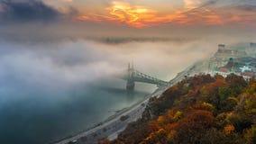 Βουδαπέστη, Ουγγαρία - η πανοραμική άποψη της μυστήριας ομιχλώδους ανατολής με τη γέφυρα Szabadsag ελευθερίας έκρυψε στοκ εικόνα με δικαίωμα ελεύθερης χρήσης
