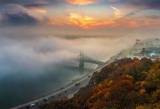 Βουδαπέστη, Ουγγαρία - η πανοραμική άποψη της μυστήριας ομιχλώδους ανατολής με τη γέφυρα Szabadsag ελευθερίας έκρυψε στοκ φωτογραφίες με δικαίωμα ελεύθερης χρήσης