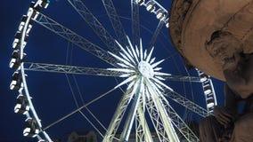 Βουδαπέστη, Ουγγαρία Η ρόδα Ferris που φωτίζεται στο λευκό το βράδυ φιλμ μικρού μήκους