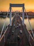 Βουδαπέστη, Ουγγαρία - η όμορφη γέφυρα Erzsebet της Elisabeth έκρυψε στην ανατολή με το χρυσό ουρανό στοκ φωτογραφία με δικαίωμα ελεύθερης χρήσης