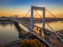 Βουδαπέστη, Ουγγαρία - η όμορφη γέφυρα Erzsebet της Elisabeth έκρυψε στην ανατολή με χρυσό και το μπλε ουρανό στοκ φωτογραφίες